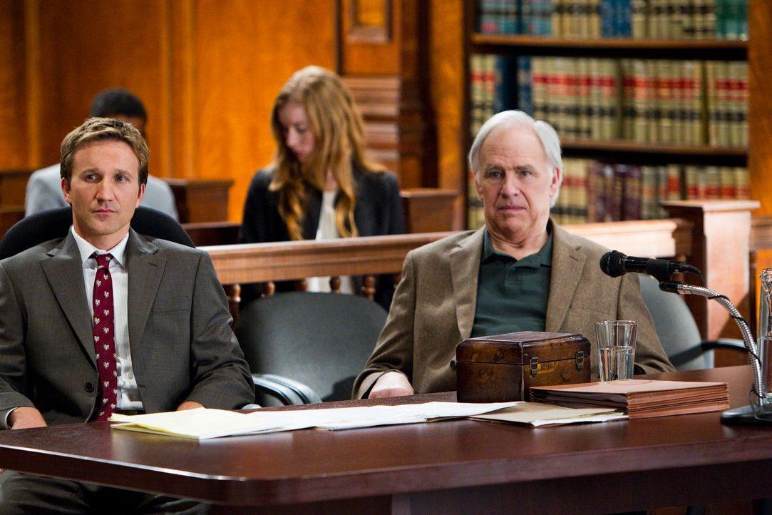 Franklin (Breckin Meyer, l.) verteidigt Duncan Morrow (Robert Pine, r.), dessen Söhne gegen ihn klagen: Er ist nämlich im Besitz eines wertvollen Ba... - Bildquelle: 2011 Sony Pictures Television Inc. All Rights Reserved.
