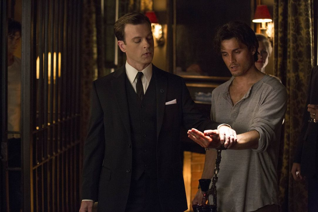 Dr. Whitmore (Trevor St. John, l.) wollte schon immer alles über Vampire erfahren, deshalb quält er Vampire wie Enzo (Michael Malarkey, r.) ... - Bildquelle: Warner Brothers