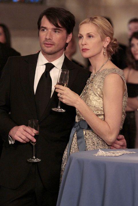 Lily (Kelly Rutherford, r.) und Rufus (Matthew Settle, l.) sind nicht sehr begeistert von Williams Rede ... - Bildquelle: Warner Bros. Television