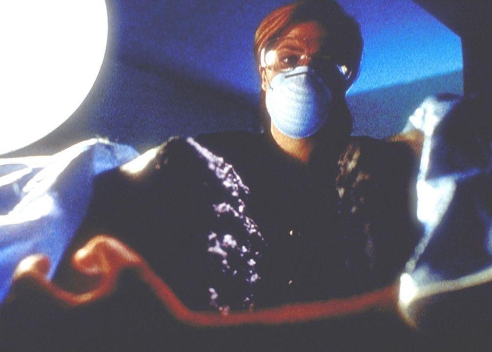 Scully (Gillian Anderson) stellt bei der Autopsie des Gefängnisdirektors fest, dass dessen Körper ohne irgendwelche Werkzeuge in zwei Hälften zertei... - Bildquelle: TM +   2000 Twentieth Century Fox Film Corporation. All Rights Reserved.