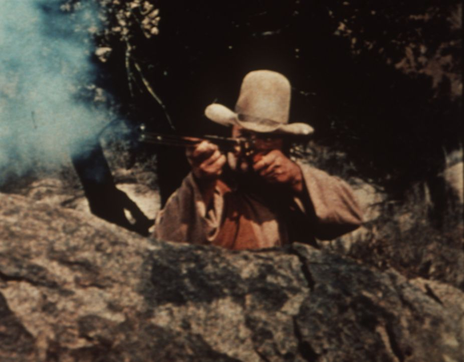 Hoss Cartwright (Dan Blocker) gerät in ein Feuergefecht ... - Bildquelle: Paramount Pictures