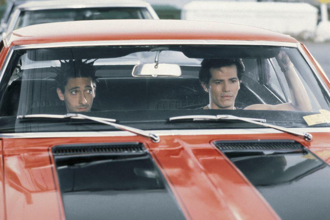Seit langem sind die beiden Italoamerikaner Vinny (John Leguizamo, r.) und Ritchie (Adrien Brody, l.) befreundet - bis der junge Außenseiter auf bri... - Bildquelle: Buena Vista International