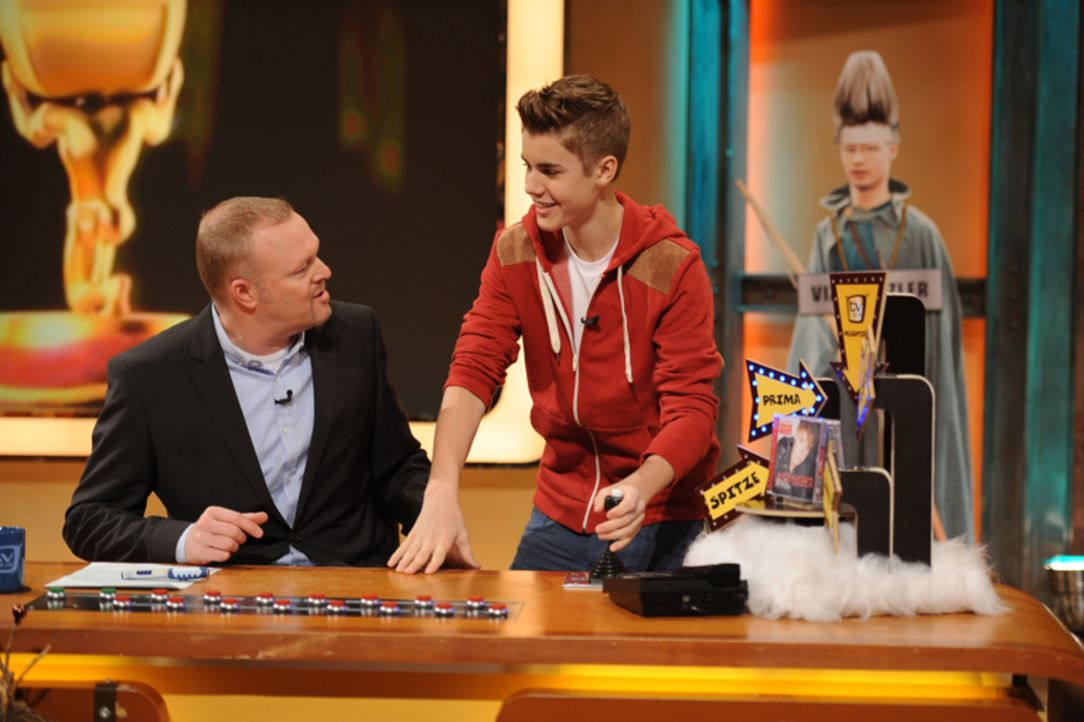 """Stefan Raab (l.) lässt das """"TV total""""-Jahr zu Ende gehen und blickt zurück auf den Gast-Auftritt von Justin Bieber (r.) in seiner Show ... - Bildquelle: ProSieben"""