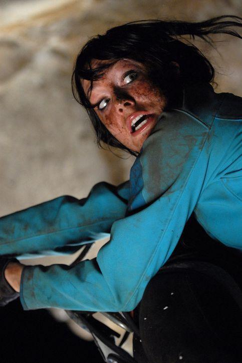 Kann Cathy (Anna Skellern) den Höhlenmonstern noch entkommen?