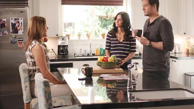 Ellie (Christa Miller, l.) erzählt Jules (Courteney Cox, M.) und Grayson (Jos...
