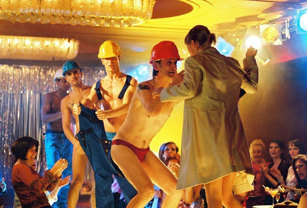 Sakulowskis (Ingo Naujoks, M.) Frau (Nina Bagusat, r.) stürmt die Bühne, als sie sieht, dass ihr Mann dort als Stripper auftritt ... - Bildquelle: Hardy Spitz Sat.1