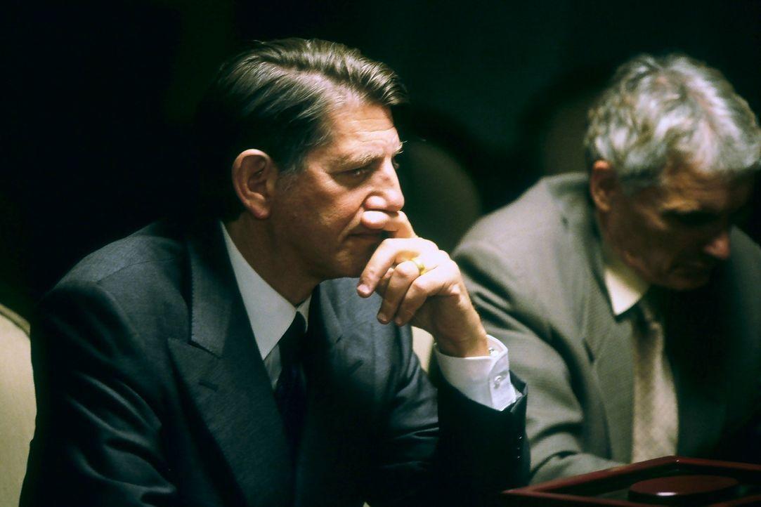 Eigentlich hat Harrison French immer davon geträumt, in diesen Zirkel der Mächtigen, in dem auch Wynns Vater, der Abgeordnete Henderson (Peter Coyot... - Bildquelle: Nu Image Films