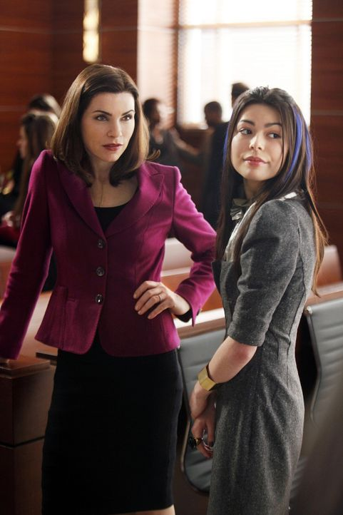 Alicia Florrick (Julianna Margulies, l.) vertritt die junge Sloan (Miranda Cosgrove, r.) vor Gericht. - Bildquelle: 2010 CBS Broadcasting Inc. All Rights Reserved.
