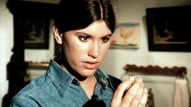 Für den Collegeball hat Mary Ellen (Judy Taylor) bei einem Trödler eine hübsc...