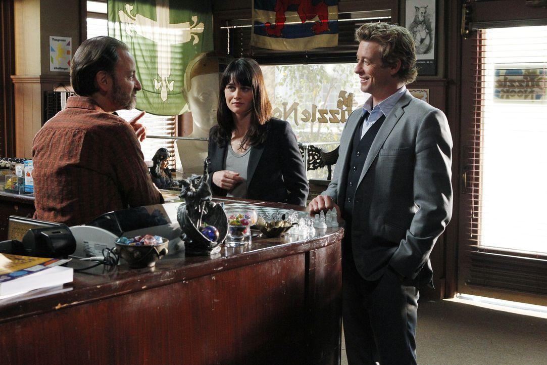 Patrick (Simon Baker, r.) und Teresa (Robin Tunney, M.) ermitteln in einem neuen Mordfall. Doch hat Tolmano (Fisher Stevens, l.) etwas damit zu tun? - Bildquelle: Warner Brothers