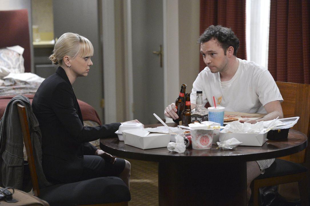 Trotz der Beförderung beschwert sich Christy (Anna Faris, l.) bei Gabriel (Nate Corddry, r.) ... - Bildquelle: Warner Bros. Television