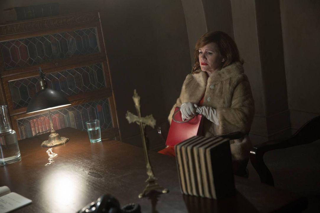 Rita Gayheart (Mare Winningham) ist alles andere als begeistert, als Elsa mit ihrer Schwester Pepper bei ihr auftaucht ... - Bildquelle: 2014-2015 Fox and its related entities. All rights reserved.