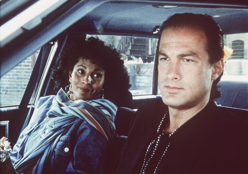 Der eigensinnige Einzelkämpfer der Drogenfahndung Nico Toscani (Steven Seagal, r.) kommt mit Komplizin Delores Jackson (Pam Grier, l.) einem fulmin... - Bildquelle: Warner Bros.