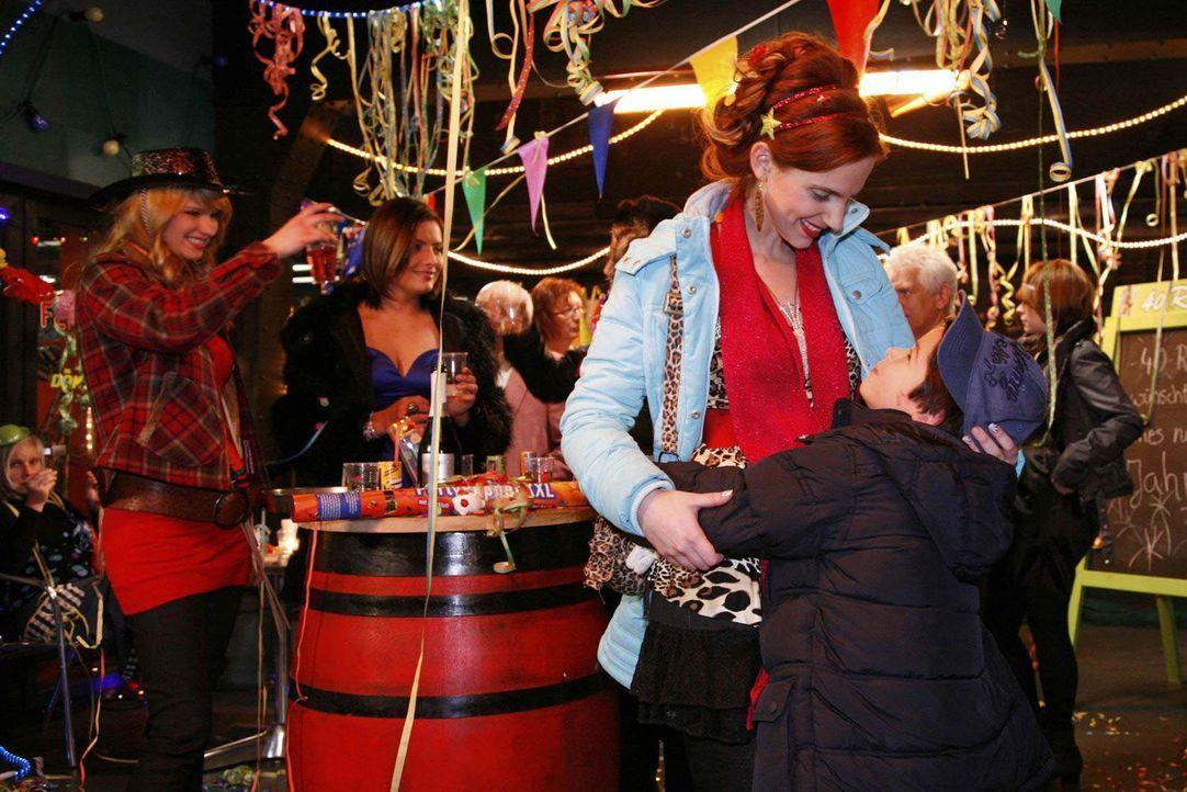 Ein guter Start ins neue Jahr: Manu (Marie Zielcke, 2.v.r.) kann ihren Sohn Daniel (Alexander Türk, r.) doch noch rechtzeitig zu Mitternacht in die... - Bildquelle: SAT.1