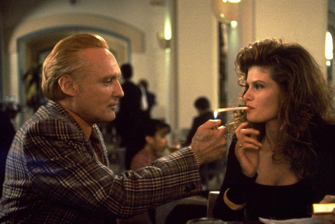 Ein wahrer Gentleman: Red (Dennis Hopper, l.) weiß, wie man eine Frau wie Vikki (Lolita Davidovich, r.) zu behandeln hat ... - Bildquelle: Warner Bros.