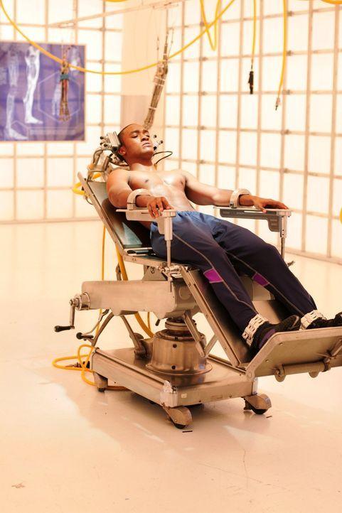 Der hochgefährliche Cyborg (Lee Thompson Young) wird in Lex' Firma gefangengehalten. Sein Körper ist Teil Mensch, Teil Maschine ... - Bildquelle: Warner Bros.