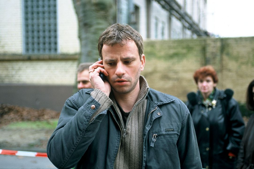 Timo (Frank Stieren) und seine Kollegen sind auf der Suche nach einem Attentäter, der einen Bombenanschlag auf ein petrochemisches Werk verübt hat .... - Bildquelle: Menke Sat.1