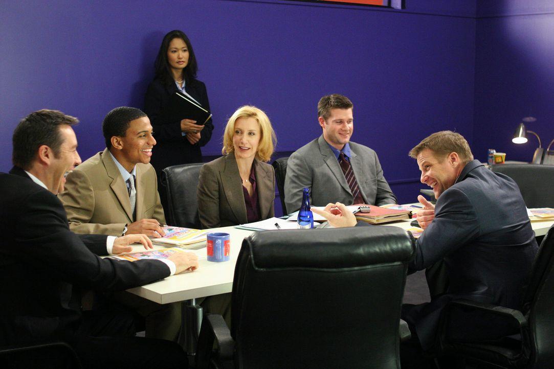 Tom (Doug Savant, r.) hat zunächst einen schweren Stand bei seinem Chef Ed (Currie Graham, l.), da dieser Toms Ideen für einen neuen Werbespot nicht... - Bildquelle: 2005 Touchstone Television  All Rights Reserved