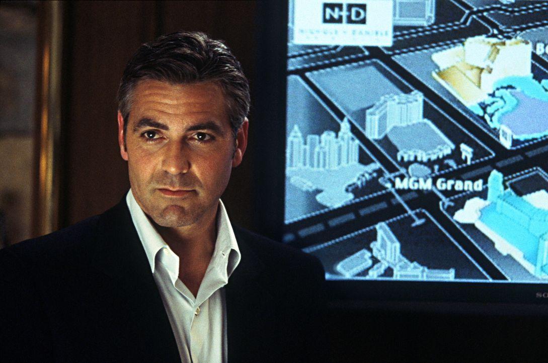 Gerade erst aus dem Knast entlassen, denkt Danny Ocean (George Clooney) schon wieder an den nächsten Meisterstreich ... - Bildquelle: Warner Bros. Pictures