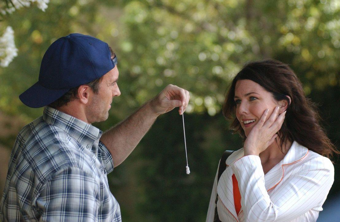 Als Luke (Scott Patterson, l.) nach sieben Wochen endlich zurück nach Stars Hollow und zu Lorelai (Lauren Graham, r.) kommt, können die beiden frisc... - Bildquelle: 2004 Warner Bros.