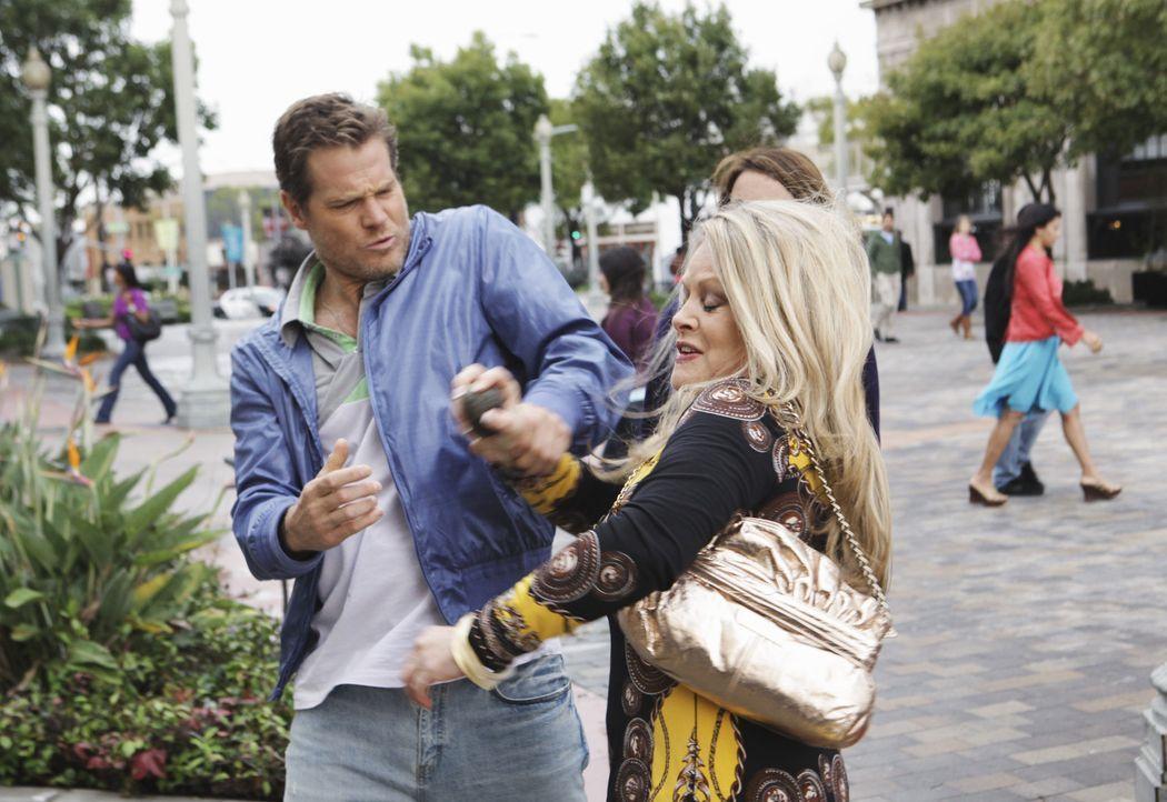 Bobby (Brian Van Holt, l.) versucht natürlich Jules im Kampf gegen Sheila (Beverly D'Angelo, r.) zu helfen - doch leider eher schlecht, als recht ... - Bildquelle: 2009 ABC INC.