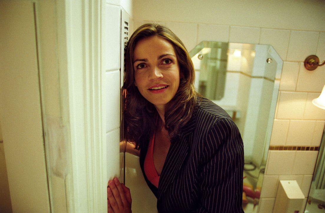 Sandra (Rebecca Immanuel) hat so ihre eigenen Vorstellungen von einem Lauschangriff: Auf der Männertoilette erhält sie wertvolle Informationen vom a... - Bildquelle: Hardy Spitz Sat.1
