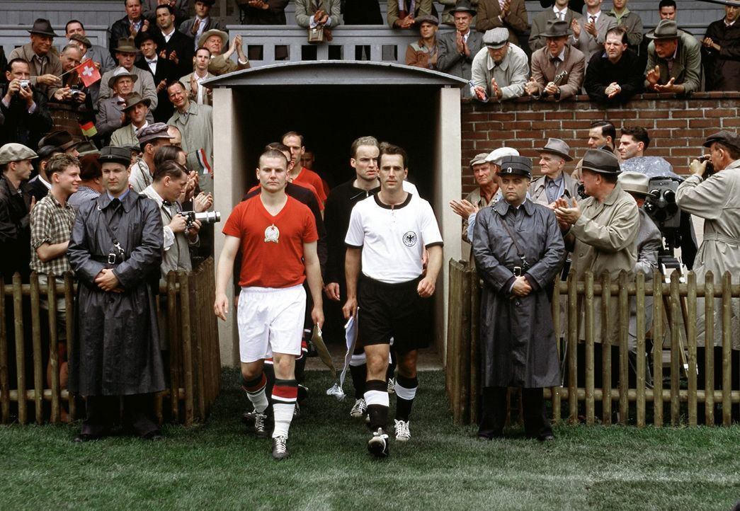4. Juli 1954, Wankdorfstadion in Bern: Die Kapitäne Fritz Walter (Knut Hartwig, r.) und Ferenc Puskas (Henrik Bemboom, l.) führen ihre Mannschafte... - Bildquelle: Senator Film