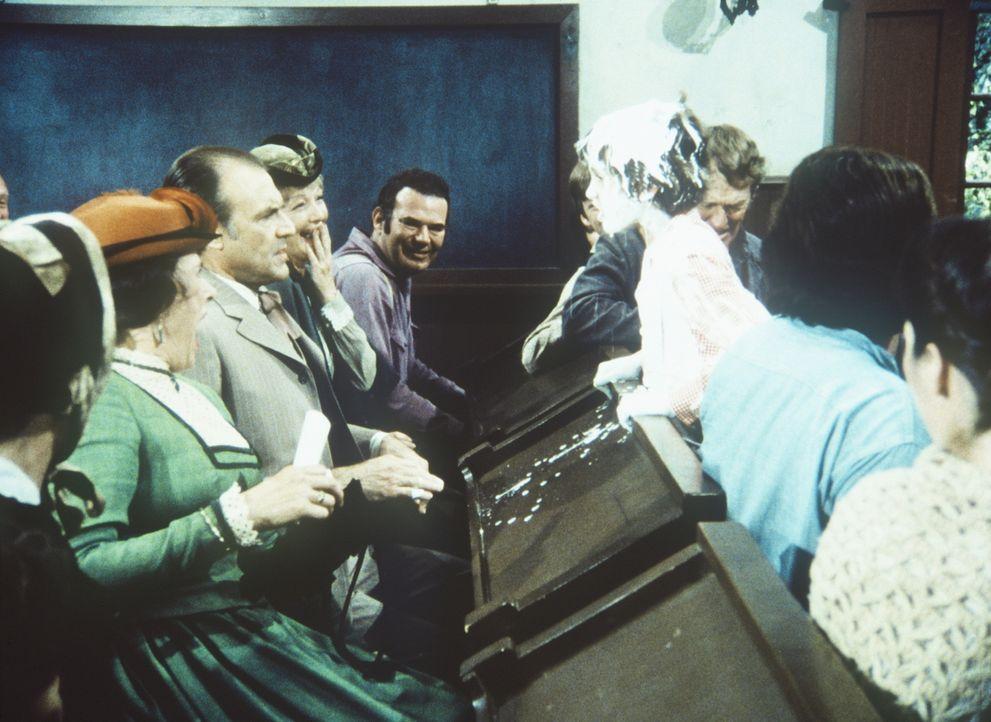 Entsetzt müssen Mrs. (Katherine MacGregor, l.) und Mr. Oleson (Richard Bull, 2.v.l.) erleben, wie ihr Willie (Jonathan Gilbert) von der Bühne stolpe... - Bildquelle: Worldvision