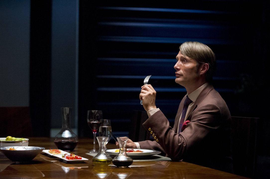 Er ist ein echter Feinschmecker, dennoch ist die Auswahl der Speisen von Dr. Hannibal Lecter (Mads Mikkelsen) nicht jedermanns Sache ... - Bildquelle: 2012 NBC Universal Media, LLC