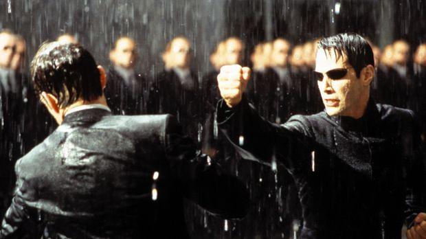 Zwischen Neo (Keanu Reeves, r.) und Agent Smith (Hugo Weaving, l.) entbrennt...