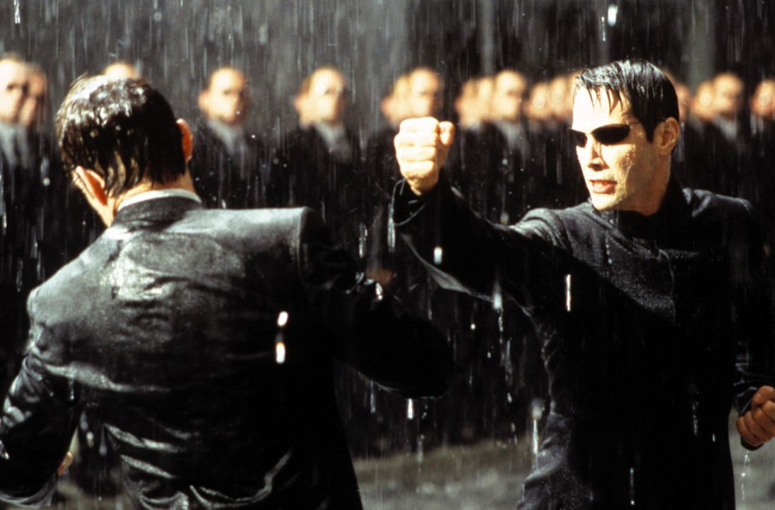 Zwischen Neo (Keanu Reeves, r.) und Agent Smith (Hugo Weaving, l.) entbrennt der Kampf der Kämpfe … - Bildquelle: Warner Bros.