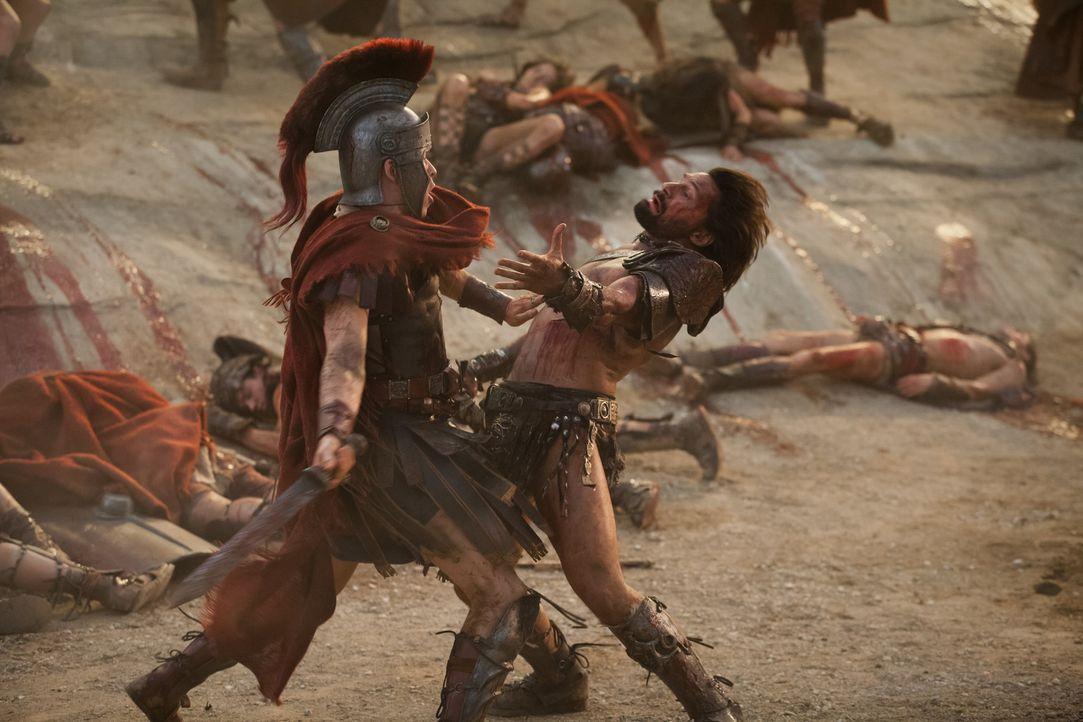 Zwischen Julius Caesar (Todd Lasance, l.) und Crixus (Manu Bennett, r.) beginnt ein Kampf auf Leben und Tod ... - Bildquelle: 2012 Starz Entertainment, LLC. All rights reserved.