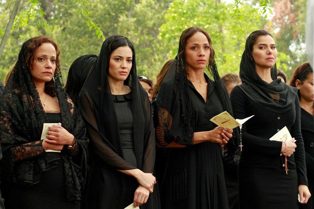 Müssen Abschied von ihrer Freundin nehmen: Rosie (Dania Ramirez, 2.v.r.), Carmen (Roselyn Sanchez, r.), Zoila (Judy Reyes, l.) und Valentina (Edy Ga... - Bildquelle: ABC Studios