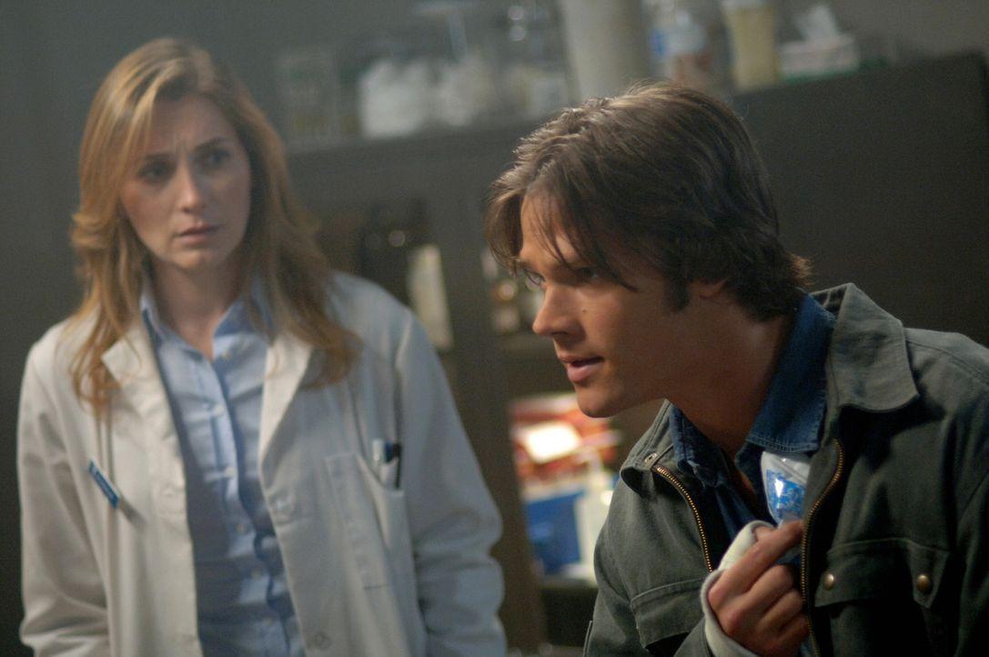 Sam (Jared Padalecki, r.) hat große Angst, dass er sich ebenfalls infiziert hat. Dr. Amanda Lee (Kate Jennings Grant, l.) untersucht sofort sein Blu... - Bildquelle: Warner Bros. Television