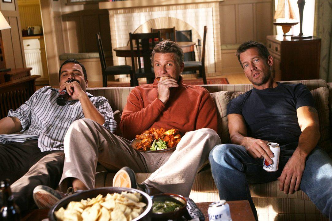 Tom (Doug Savant, M.) trifft sich mit Carlos (Ricardo Antonio Chavira, l.) und Mike (James Denton, r.), um Football zu sehen. Mike nutzt die Gelegen... - Bildquelle: 2005 Touchstone Television  All Rights Reserved