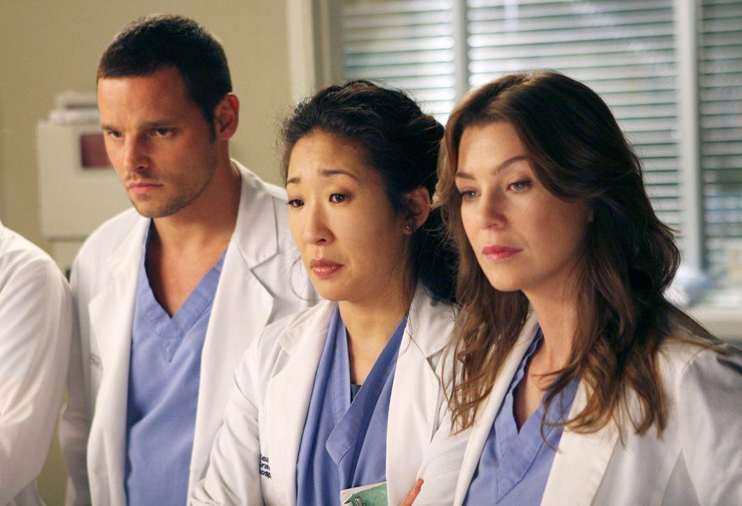 Alex (Justin Chambers, l.), Cristina (Sandra Oh, M.) und Meredith (Ellen Pompeo, r.) sind betroffen, als sie die 17-jährige Heather sehen ... - Bildquelle: Touchstone Television