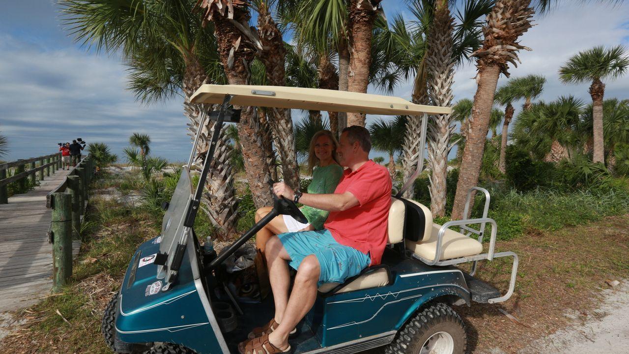 Auf der Insel Little Gasparilla suchen Kam (l.), Greg (r.) und ihre vier Söhne nach einem Strandhaus, das der Großfamilie ermöglicht, dem Alltag ent... - Bildquelle: 2014,HGTV/Scripps Networks, LLC. All Rights Reserved