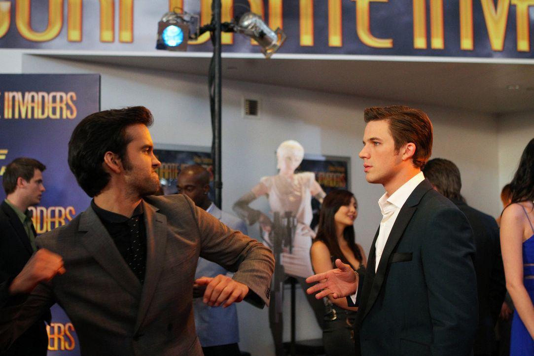 """Navid Shirazi (Michael Steger, l.) fällt wie Schuppen von den Augen, dass Liam Court (Matt Lanter, r.) derjenige ist, mit dem Silver einen """"Ausruts... - Bildquelle: 2012 The CW Network. All Rights Reserved."""