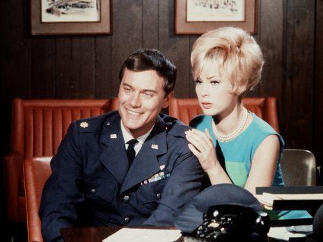 Bezaubernde Jeannie - Tony (Larry Hagman, l.) möchte ein Darlehen aufnehmen,...