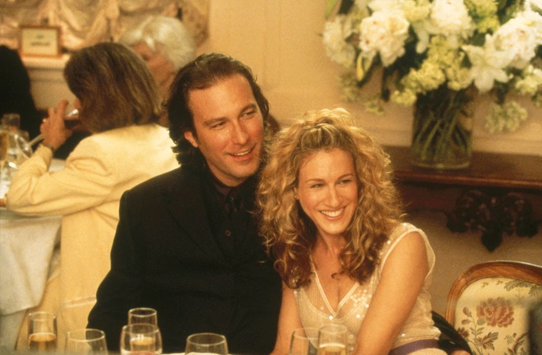 Charlottes Hochzeit muss perfekt verlaufen. Deshalb wird vorweg alles geprobt, und Carrie (Sarah Jessica Parker, r.) und Aidan (John Corbett, l.) d - Bildquelle: Paramount Pictures