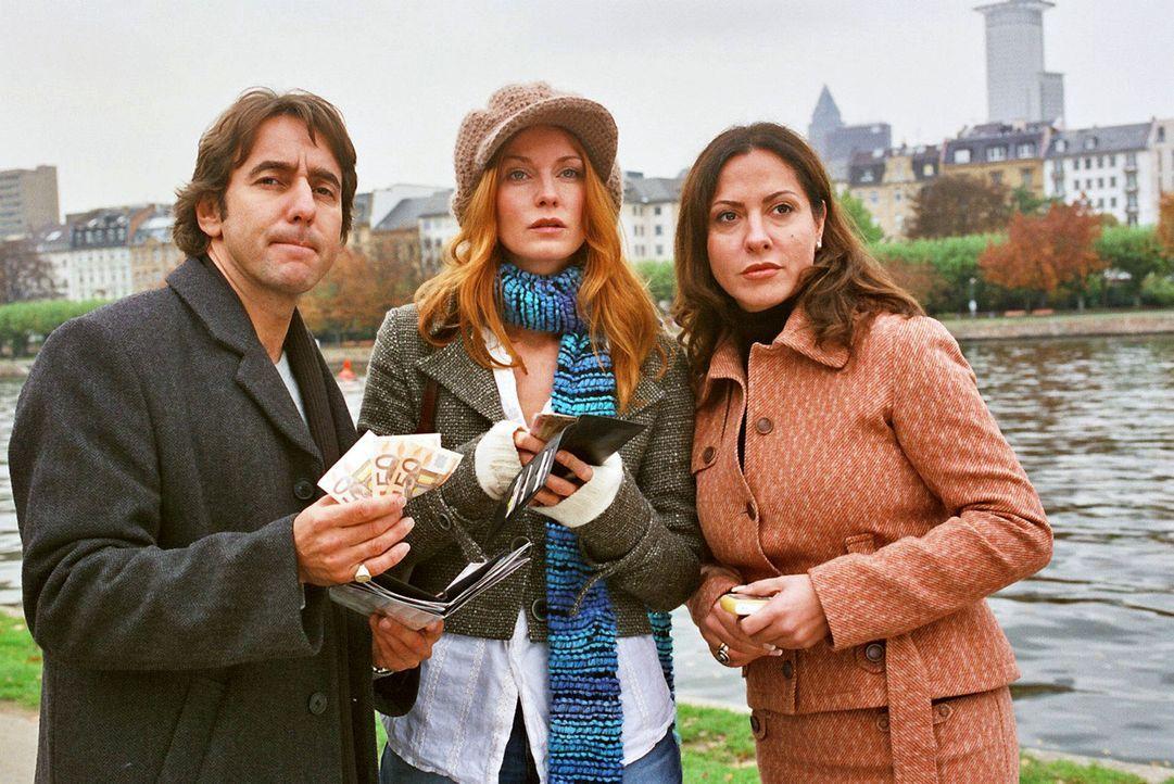 René (Dieter Landuris, l.), Sandra (Esther Schweins, M.) und Andrea (Simone Thomalla, r.) wollen Gosslar sein Geld wiedergeben. - Bildquelle: Sat.1