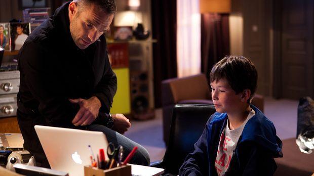 Rocher (Philippe Bas, l.) versucht, eine Vertrauensbasis mit Lucas (Nathan Ge...