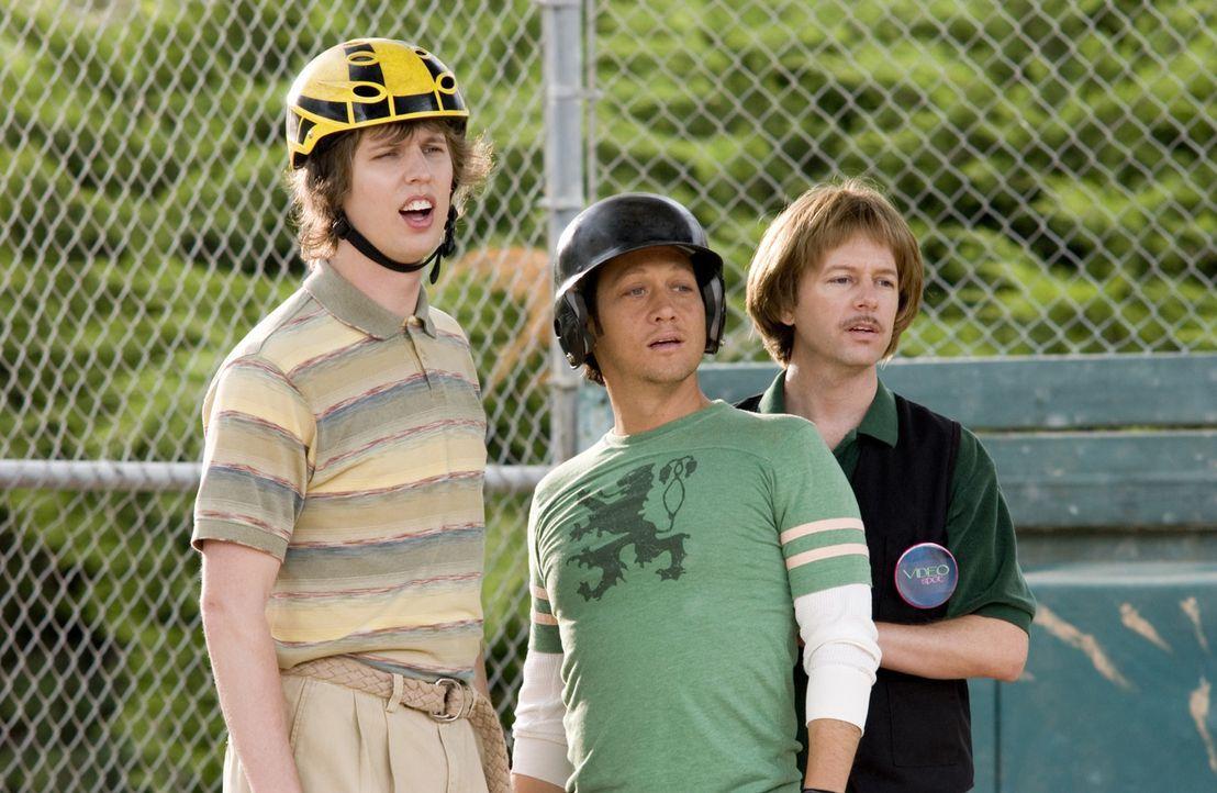 Clark (Jon Heder, l.), Gus (Rob Schneider, M.) und Richie (David Spade, r.) können nicht glauben, dass andere Leute richtig gut Baseball spielen k - Bildquelle: Sony Pictures Television International. All Rights Reserved.