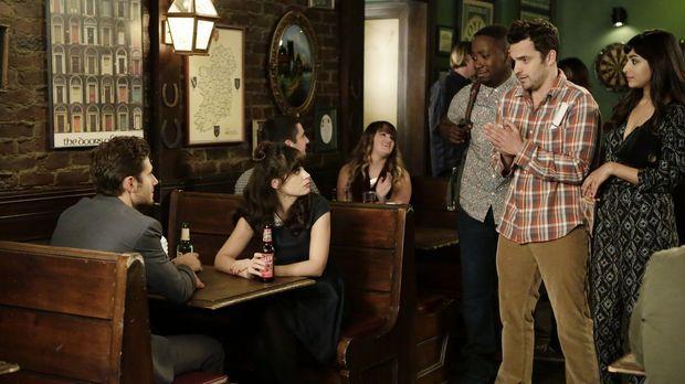 Während Ryan (Julian Morris, l.) und Jess (Zooey Deschanel, 2.v.l.) über ihre...