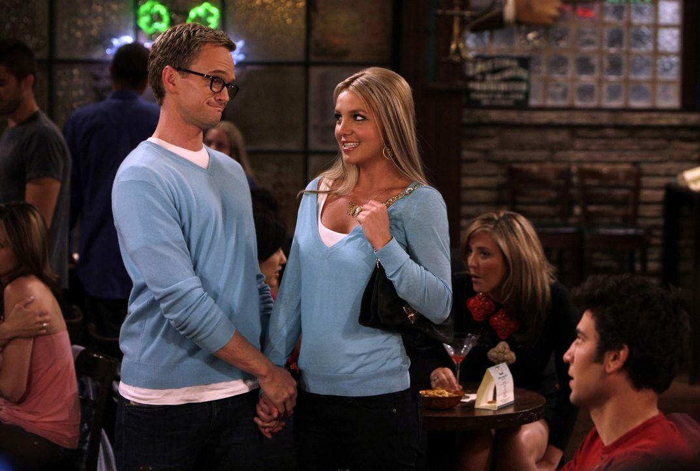 Barney (Neil Patrick Harris, l.) ist seiner Rächerin auf der Spur, die ihm in letzter Zeit seine Aufreißtour verdorben hat - es ist Abby (Britney... - Bildquelle: 20th Century Fox International Television