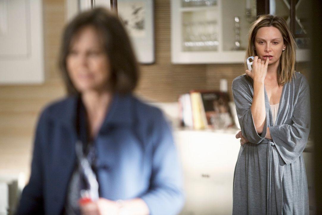 Nora (Sally Field, l.) ist verzweifelt, den Kitty (Calista Flockhart, r.) denkt tatsächlich darüber nach, die Chemotherapie abzubrechen und auf alte... - Bildquelle: 2009 American Broadcasting Companies, Inc. All rights reserved.