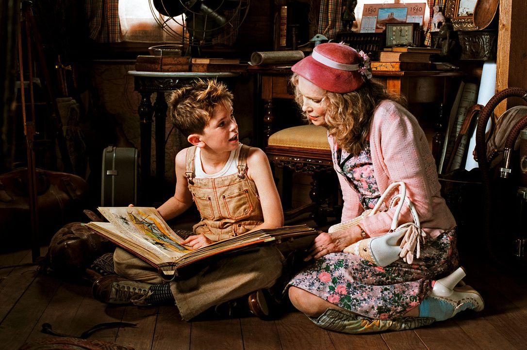 Der kleine Arthur (Freddie Highmore, l.) verbringt die Ferien bei seiner liebevollen Großmutter (Mia Farrow, r.). Als er von den finanziellen Schwi... - Bildquelle: TOBIS Film