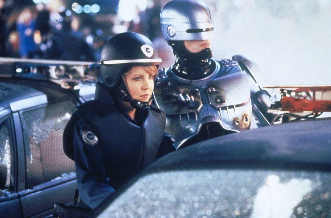 Schon bald muss die junge Polizistin Anne (Nancy Allen, l.) feststellen, dass ihr neuer Partner (Peter Weller, r.) das Gehirn eines eiskalten Drogen... - Bildquelle: Orion Pictures Corp.