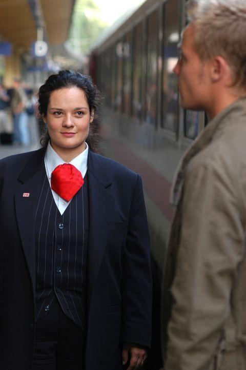 Jeden Morgen, sobald der Zug einfährt, verliert die junge, mollige Bahnhofsansagerin Alma (Katrin Filzen, l.) ihr Herz erneut an den attraktiven Zu... - Bildquelle: Willi Weber ProSieben