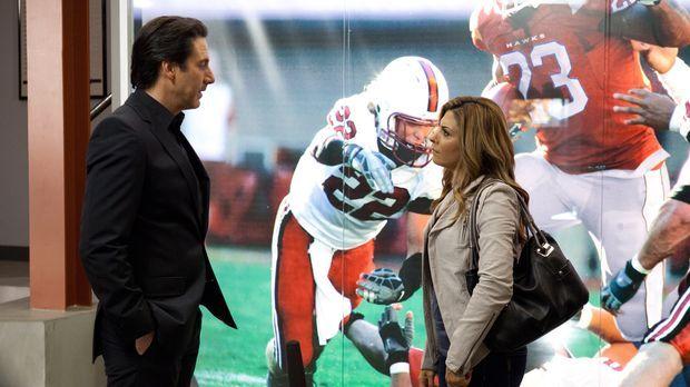Während Dani (Callie Thorne, r.) versucht, einer Hawks-Spielers Frau zu helfe...